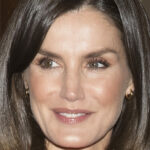 Letizia of Spain wins with the change of look: Persian dress and complete cape effect