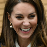 Kate Middleton, a fairy tale in blue: polka dot shirt and palazzo pants for 45 euros