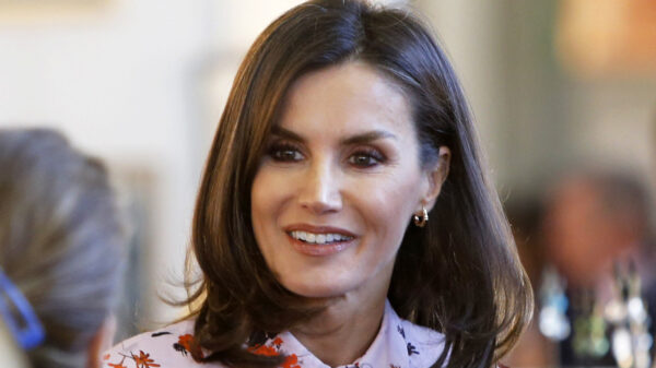 Letizia di Spagna transforms the floral dress into a must-have, slim effect