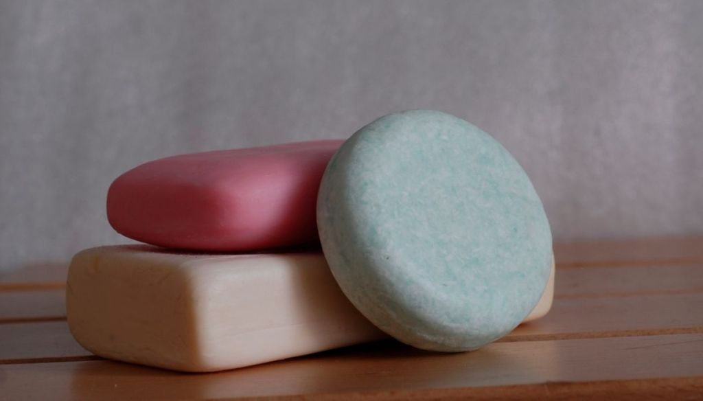 """solid shampoo soap on towel """"width ="""" 1024 """"height ="""" 584 """"srcset ="""" https://Tipsforwomens.it/wp-content/uploads/sites/3/2021/06/Shampoo-solido-cose-come-si -use-and-why-is-the-green-choice-of-2021-do-it-yourself-solid-shampoo.jpg? resize = 1217,694 1217w, https://Tipsforwomens.it/wp-content/ uploads / sites / 3/2021/06 / Solid-shampoo-things-how-to-use-and-why-is-the-green-choice-of-2021-do-it-yourself-solid-shampoo.jpg? resize = 300,171 300w, https://Tipsforwomens.it/wp-content/uploads/sites/3/2021/06/Shampoo-solido-cose-come-si-usa-e-perche-e-la-scelta-green -del-2021-diy-solid-shampoo.jpg? resize = 768,438 768w, https://Tipsforwomens.it/wp-content/uploads/sites/3/2021/06/Shampoo-solido-cose- how-to-use-and-why-is-the-green-choice-of-2021-do-it-yourself-solid-shampoo.jpg? resize = 1024,584 1024w, https://Tipsforwomens.it/wp -content / uploads / sites / 3/2021/06 / Solid-shampoo-things-how-to-use-and-why-is-the-green-choice-of-2021-diy-solid-shampoo .jpg? resize = 344,196 344w """"sizes ="""" (max-width: 1024px) 100vw, 1024px"""
