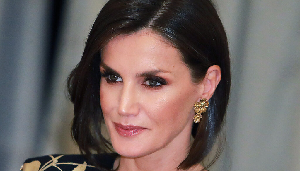 Letizia of Spain shines with the gold flower dress. But the change of look is low cost
