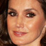 Letizia of Spain shines at the gala with the crystal dress. And Leonor is in red