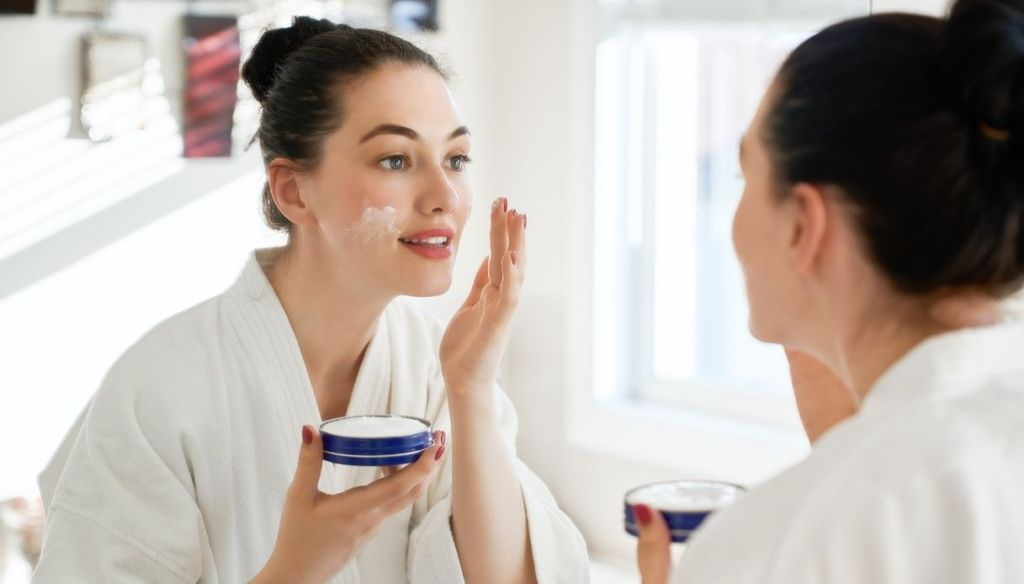 """woman applies after-sun face cream in the mirror """"width ="""" 1024 """"height ="""" 584 """"srcset ="""" https://Tipsforwomens.it/wp-content/uploads/sites/3/2021/07/Come-abbronzarsi-bene-e -in-a-hurry-beauty-routine-in-the-sun-cream-after-sun.jpg? resize = 1217,694 1217w, https://Tipsforwomens.it/wp-content/uploads/sites/3/2021/07/ How-to-tan-well-and-quickly-beauty-routine-in-the-sun-cream-after-sun.jpg? Resize = 300,171 300w, https://Tipsforwomens.it/wp-content/uploads/sites/3 /2021/07/How-to-tan-well-and-in-hurry-routine-of-bellezza-al-sole-crema-doposole.jpg?resize=768,438 768w, https://Tipsforwomens.it/wp-content/ uploads / sites / 3/2021/07 / How-to-tan-well-and-quickly-beauty-routine-in-the-sun-after-sun-cream.jpg? resize = 1024,584 1024w, https: // Tipsforwomens .it / wp-content / uploads / sites / 3/2021/07 / How-to-tan-well-and-quickly-beauty-routine-in-the-sun-after-sun-cream.jpg? resize = 344,196 344w """" sizes = """"(max-width: 1024px) 100vw, 1024px"""