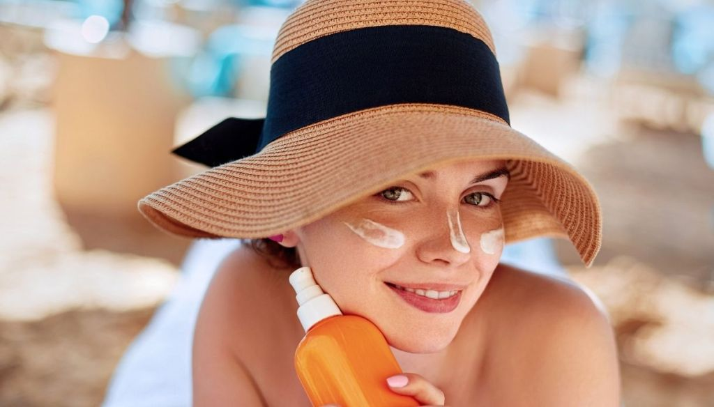 """woman with straw hat sunscreen face """"width ="""" 1024 """"height ="""" 584 """"srcset ="""" https://Tipsforwomens.it/wp-content/uploads/sites/3/2021/07/Come-abbronzarsi-bene-e -in-a-hurry-beauty-routine-in-the-sun-perfect-tan-without-sunburn.jpg? resize = 1217,694 1217w, https://Tipsforwomens.it/wp-content/uploads/sites/3/ 2021/07 / How-to-tan-well-and-quickly-beauty-routine-in-the-sun-perfect-sun-tan.jpg? Resize = 300,171 300w, https://Tipsforwomens.it/wp -content / uploads / sites / 3/2021/07 / How-to-tan-well-and-quickly-beauty-routine-in-the-sun-perfect-tan-without-sunburn.jpg? resize = 768,438 768w, https://Tipsforwomens.it/wp-content/uploads/sites/3/2021/07/Come-abbronzarsi-bene-e-in-fretta-routine-di-bellezza-al-sole-abbronzatura-perfetta-senza- scottature.jpg? resize = 1024,584 1024w, https://Tipsforwomens.it/wp-content/uploads/sites/3/2021/07/Come-abbronzarsi-bene-e-in-fretta-routine-di-bellezza -to-the-sun-perfect-tan-without-sunburn.jpg? resize = 344,196 344w """"sizes ="""" (max-width: 1024px) 100vw, 1024px"""