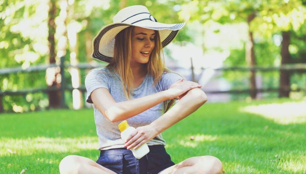 ragazza parco smalta crema solare abbronzatura protetta