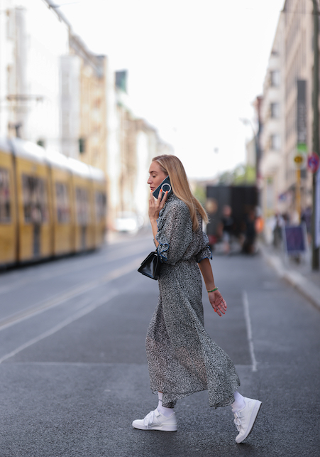 Long dress and sneakers: the coolest combo of the return