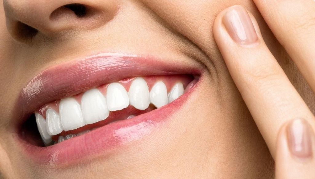natural lips gloss smile white teeth