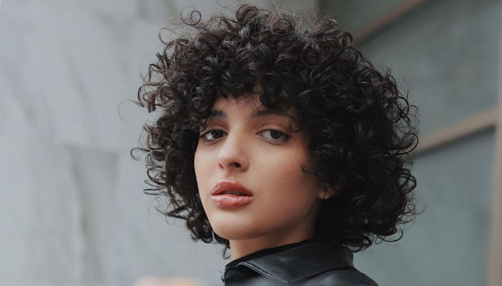 curly brunette girl lip gloss gloss lips natural makeup