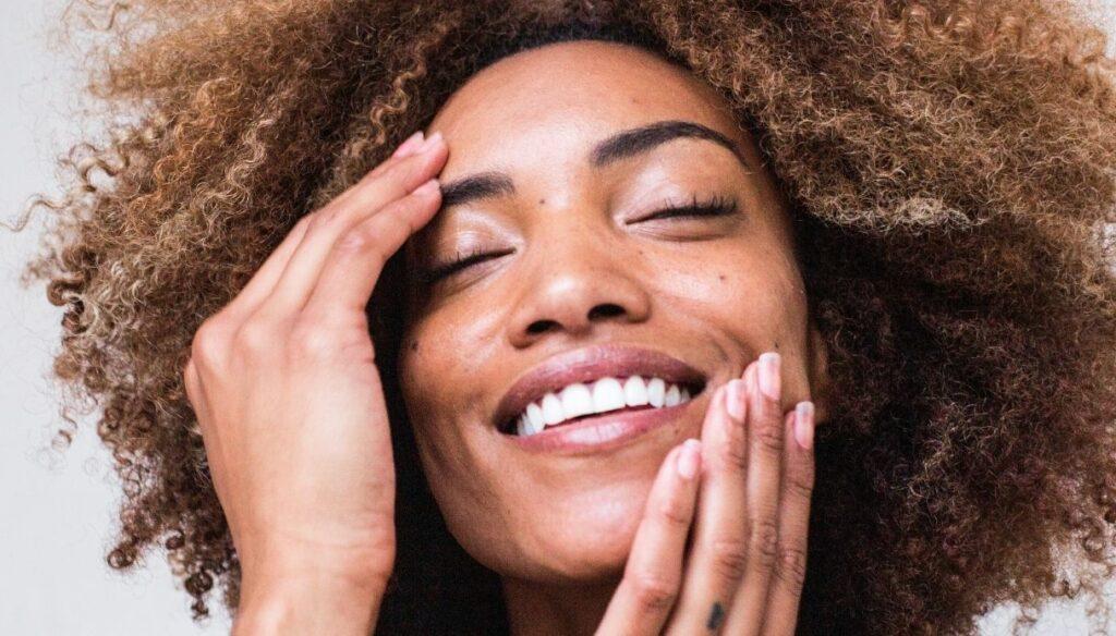 ragazza nera capelli afro sorridente