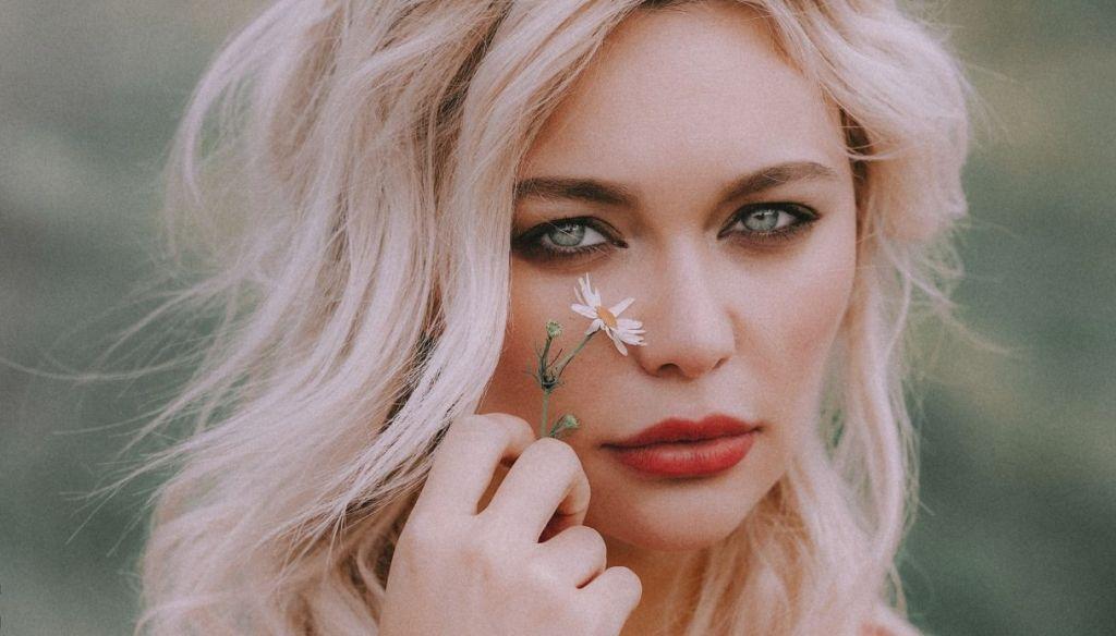 blonde girl blue eyes red lips Smokey Eyes