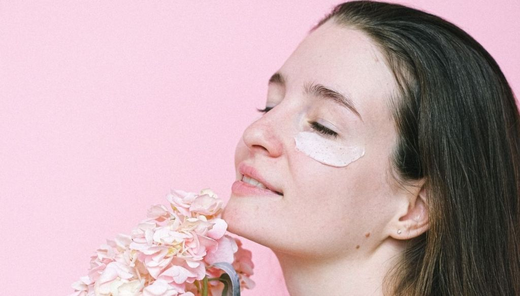 eye contour mask smiling girl with bouquet of flowers