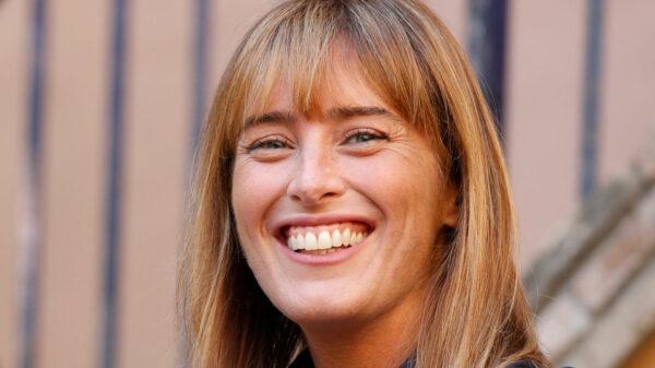 Maria Elena Boschi, diva red lipstick and bold neckline: amazing