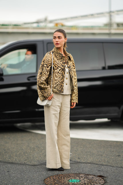 Spotted print, more or less colored, zebra or spotted: here are some ideas on how to wear the animalier